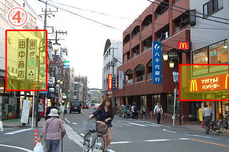 教室の場所④線路を渡ると右手にマクドナルド、左手に田中商店が見えます
