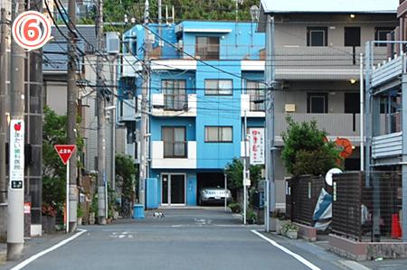 教室の場所⑥道の正面に水色の建物があるので、この建物まで進んでください